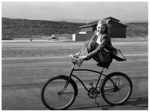 Cate Blnchett montando en bici