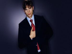 Ashton Kutcher con traje y corbata