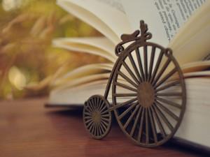 Pequeña bici junto a un libro