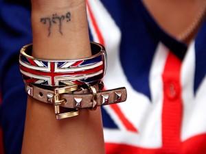 Tatuaje y pulseras en el brazo de una chica