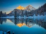 Espectacular paisaje nevado reflejado en un lago