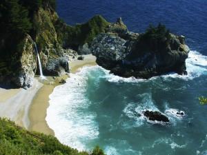 Cascada en una hermosa playa