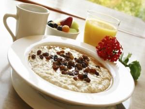 Flor sobre el plato del desayuno