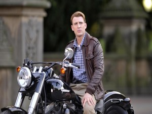El actor Chris Evans sobre una moto