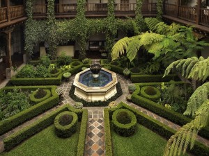 Fuente en el centro de un bonito jardín