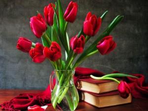 Tulipanes rojos junto a unos libros