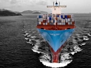 Buque portacontenedores navegando
