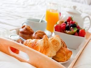 Frutas y bollos para el desayuno