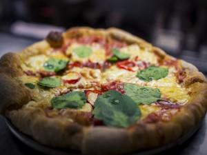 Pizza con chile y albahaca