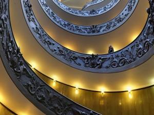 Mujer observando una escalera con forma de caracol