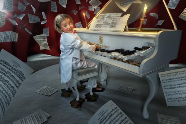 Una niña tocando el piano