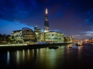 La luces de la ciudad iluminan el río