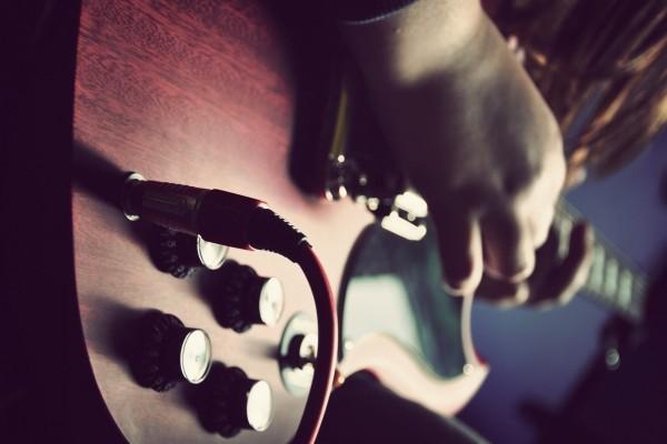 Tocando una guitarra eléctrica