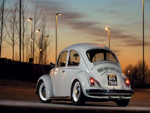 Volkswagen escarabajo balo la luz de las farolas