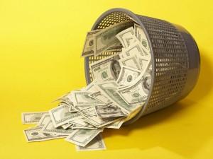 Dólares en cesto de basura