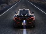 Un McLaren negro circulando por una carretera