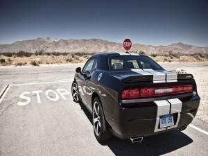Dodge Challenger SRT8 parado en un stop