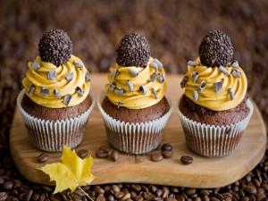 Tres cupcakes de chocolate y café