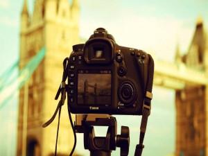 Cámara de fotos en un trípode fotografiando el Puente de la Torre (Londres)
