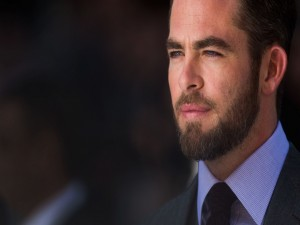 El guapo actor Chris Pine con barba