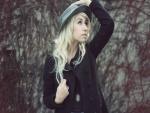 Una chica moderna con sombrero