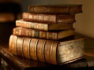 Libros viejos sobre una mesa