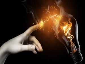 Dedo en llamas al tocar una bombilla electrificada