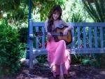 Hermosa mujer oriental tocando la guitarra