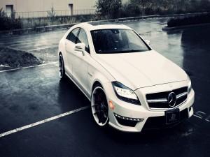 Un Mercedes bajo la lluvia