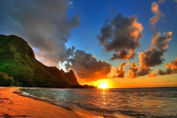El sol iluminando una hermosa playa natural