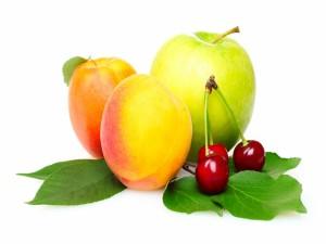 Melocotones, cerezas y una manzana verde