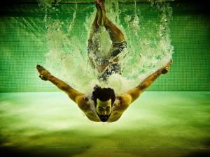 Un hombre bajo el agua