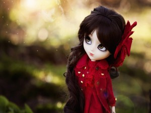 Muñeca con un lazo rojo en el pelo