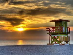 Torre de salvavidas en el mar