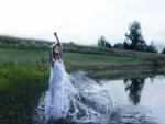 Mujer con un vestido de agua