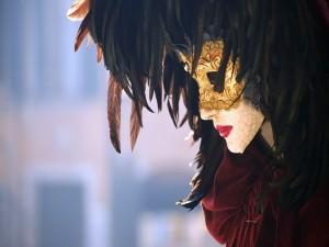 Mujer con una hermosa máscara veneciana