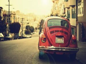 Volkswagen escarabajo rojo en una calle