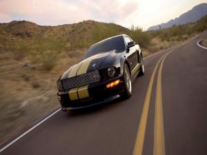 Ford Mustang circulando por una carretera