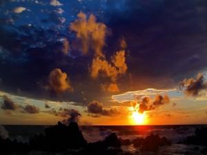 Oleaje entre las rocas al amanecer