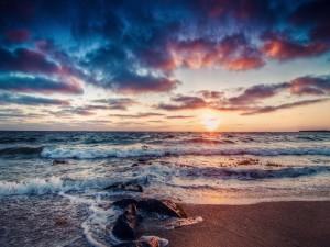 Contemplando el amanecer desde una playa