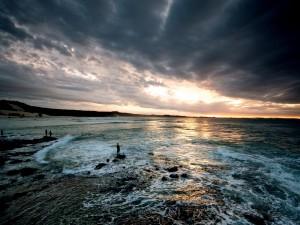 Gente pescando al amanecer