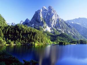Montañas junto a un lago azul