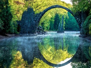 Magnífico arco de piedra sobre un río