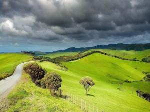 Nubes de tormenta sobre las colinas verdes