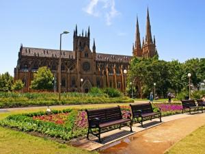 Jardines frente a la Catedral Metropolitana de Santa María (Sídney, Australia)