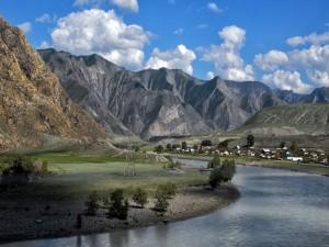 Río en un valle entre montañas