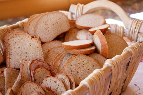 Pan en una canasta