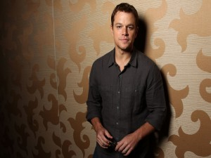 Matt Damon apoyado en una pared