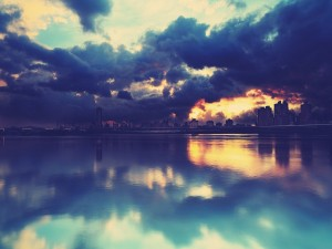 Amanecer nuboso reflejado en un lago
