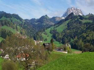Pequeño pueblo en los Alpes